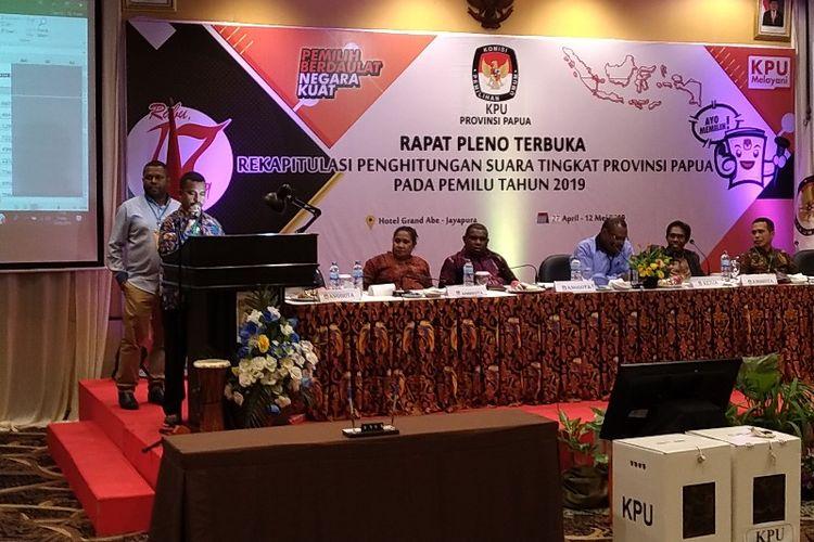 Pembacaan hasil rekapitulasi suara Pilpres di Kabupaten Keerom, saat mengikuti Rapat Pleno Terbuka Rekapitulasi Suara Provinsi Papua pada Pemilu 2019, di Kota Jayapura, Jumat (10/05/2019)