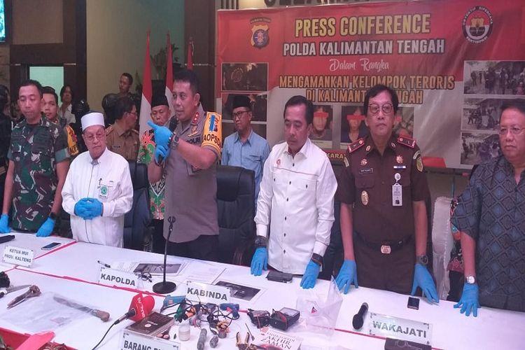 Kapolda Kalimantan Tengah saat rilis penangkapan 33 orang terduga teroris di Kalimantan Tengah