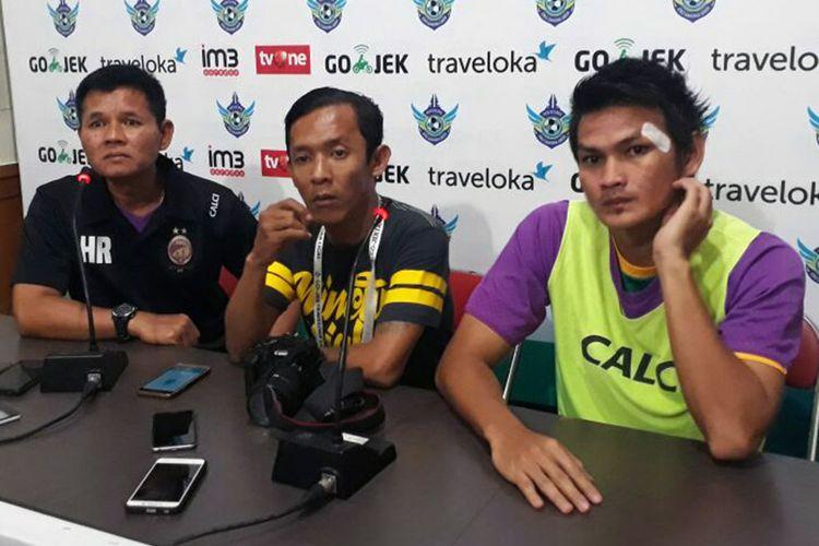 Pelatih sementara Sriwijaya FC Hartono Ruslan (kiri) dan Bobby Satria (kanan), selepas pertandingan kontra Persegres Gresik United, Senin (24/7/2017).
