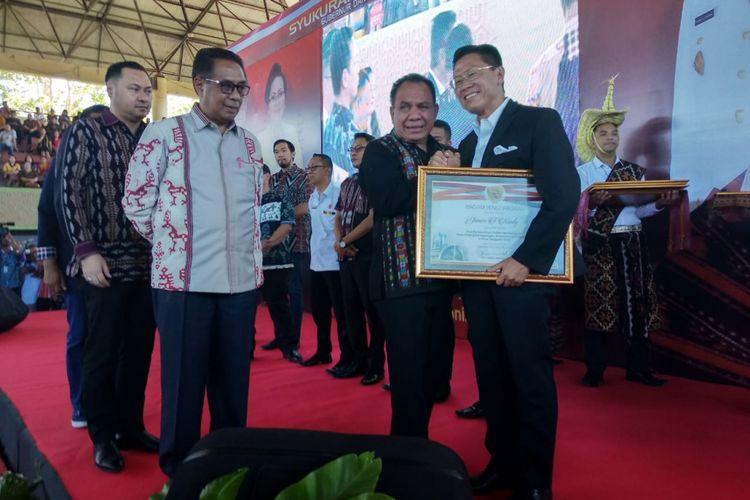 Belasan pengusaha nasional dan daerah mendapat penghargaan dari Gubernur NTT Frans Lebu Raya di acara syukuran akhir masa jabatan di GOR Oepoi Kupang, Jumat (13/7/2018). CEO Lippo Group James Riady mewakili pengusaha menyampaikan ucapan terima kasih.