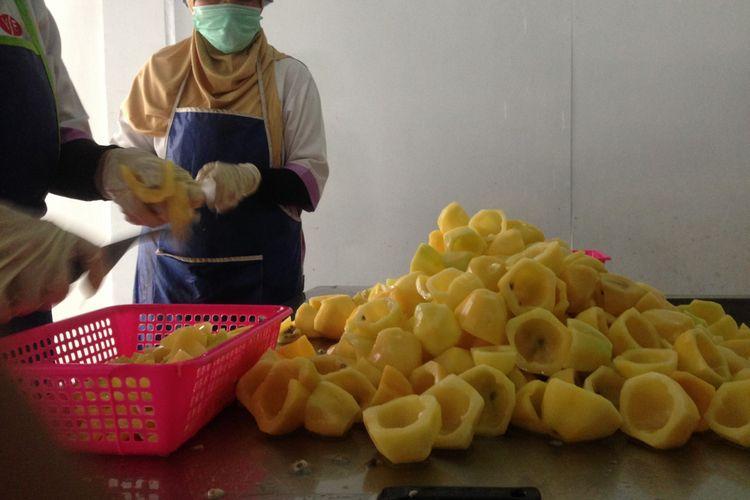 Proses pembuatan Carica, buah tangan khas dari Dieng
