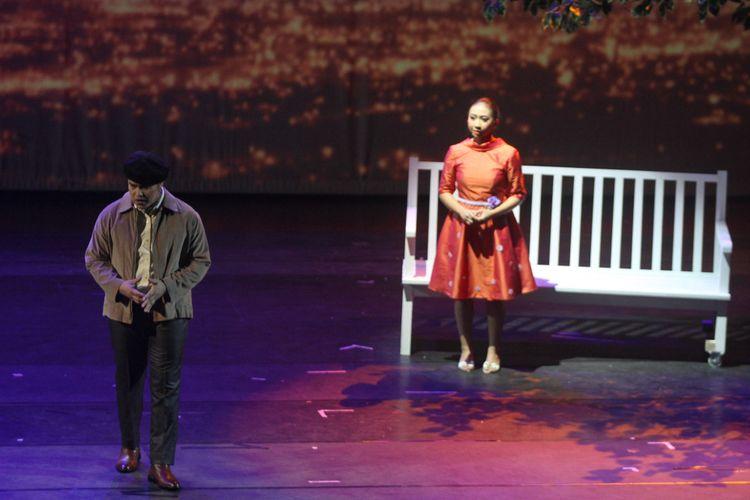 Farman Purnama sebagai Habibie dan Andrea Miranda sebagai Ainun tampil dalam Opera Ainun, yang dipentaskan di Taman Ismail Marzuki, Jakarta Pusat, Jumat (13/8/2018).