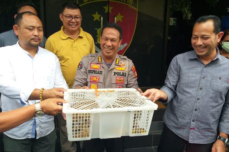 Polda Sumatera Selatan menunjukkan barang bukti sebanyak delapan ekor kukang yang ditangkap dari seekor pedagang di pasar 16 Ilir kota Palembang, Selasa (23/4/2019).