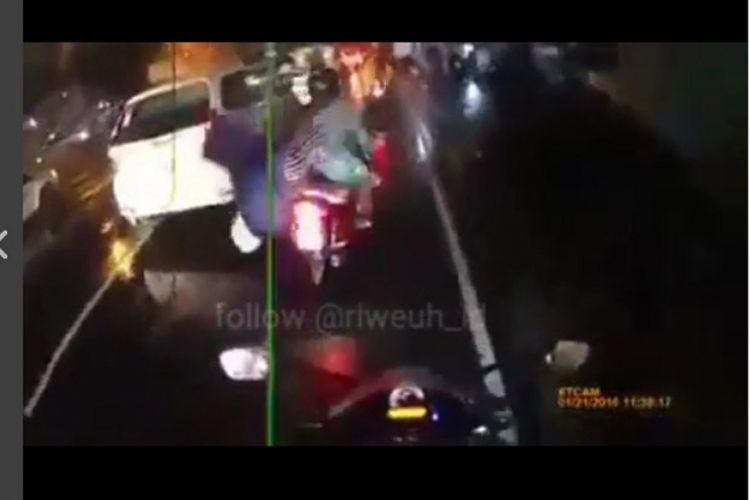 Tangkapan layar peristiwa kecelakaan pembonceng motor karena jas hujan tersangkut roda