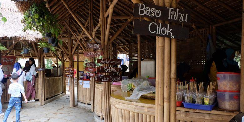 Area makan layaknya food court di The Lodge Maribaya, Bandung, Jawa Barat.