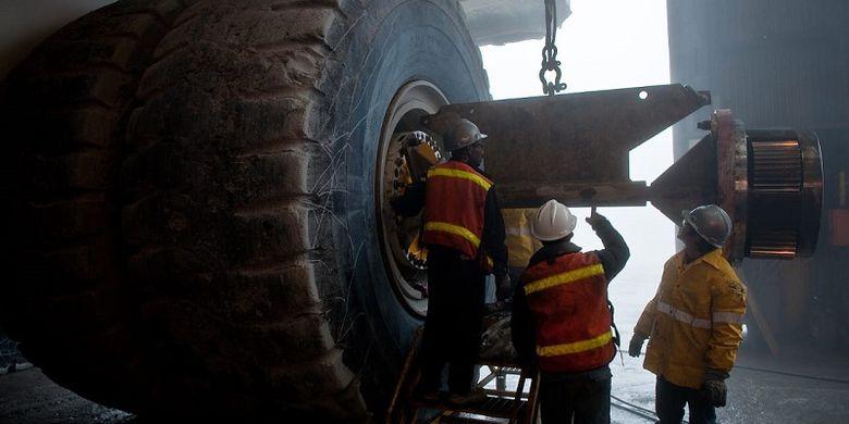 Para pekerja di PT Freeport Indonesia (PTFI) sedang mengecek kondisi kendaraan khusus tambang