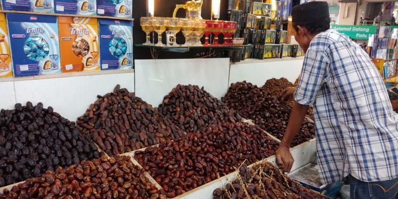 Lebih dari 11 jenis kurma ditawarkan di salah satu penjual kurma, Pasar Tanah Abang Blok C, Rabu (23/5/2018).