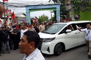 Massa Pendukung Jokowi Sambut Kunjungan Prabowo di Surabaya