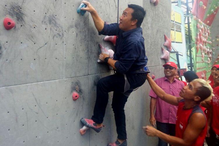 Menteri Pemuda dan Olahraga (Menpora) Imam Nahrawi saat menjajal panjat tebing di Kompleks Stadion Mandala Krida Yogyakarta.