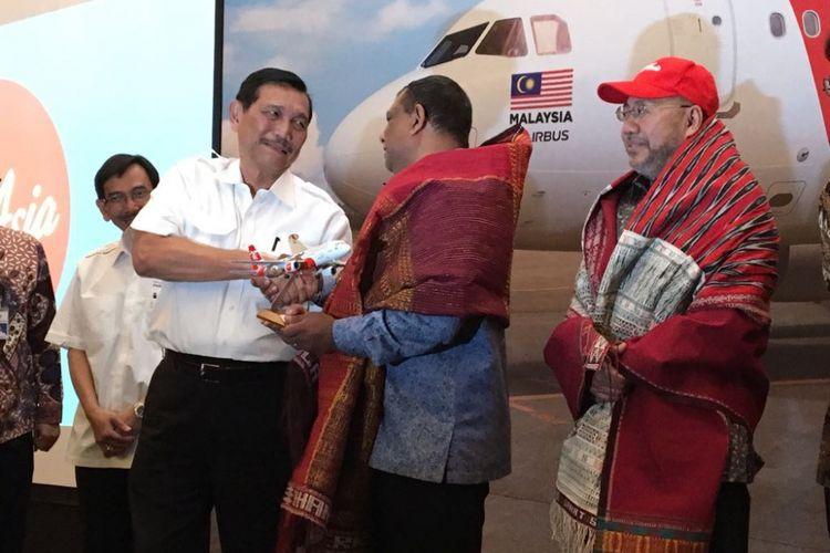 Menteri Koordinator Bidang Kemaritiman Luhut Binsar Panjaitan bersama CEO AirAsia Tony Fernandes saat menghadiri peluncuran rute Kuala Lumpur-Silangit di Hotel Kempinski, Kamis (2/8/2018).