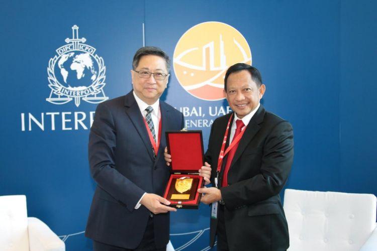 Kapolri Jenderal (Pol) Muhammad Tito Karnavian saat pertemuan bilateral antara dirinya dengan Commissioner of Hong Kong Police Force, Lo Wai-Chung Stephen saat hari kedua Sidang Umum Interpol ke-87 di Dubai, Uni Emirat Arab, Senin (19/11/2018).