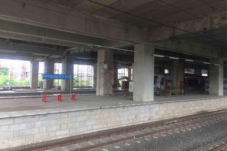 Jalur 10 di Stasiun Manggarai ditutup sejak 23 Januari 2019. Hal itu dilakukan guna mempercepat revitalisasi Stasiun Manggarai. Jalur 10 yang biasa ditempati KRL jurusan Jakarta-Depok/Bekasi akan dialihkan ke jalur 8, 5, dan 4. Meski penutupan telah berlansung selama tiga hari, tidak tampak adanya penumpukan penumpang di Stasiun Manggarai. Sejumlah penunjuk arah dipasang begitu juga dengan petugas stasiun yang mengarahkan para penumpang, Sabtu (26/1/2019).