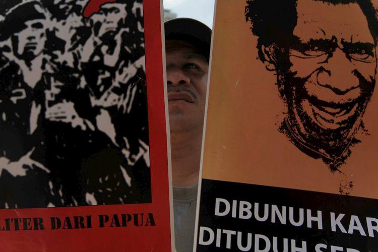 Masyarakat dari National Papua Solidarity berunjuk rasa di kantor perwakilan PerserikatanBangsa-Bangsa di Jakarta, Kamis (30/8/2012). Mereka meminta PBB memberikan perhatian khusus kepada demokrasi, pelanggaran HAM, dan tragedi kemanusiaan di Papua.