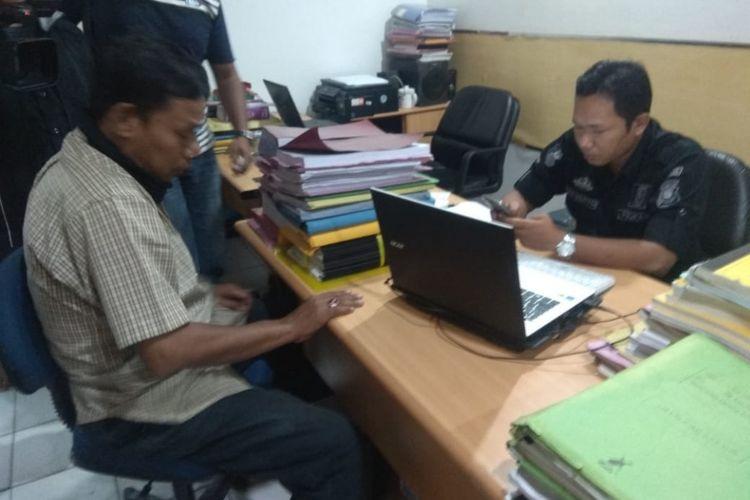 Rizal Wani (51) ketika berada di Polresta Palembang untuk menjalani pemeriksaan. Ia ditangkap lantaran kedapatan membawa senjata api rakitan, ketika hendak menerobos operasi zebra, Kamis ( 8/11/2018).