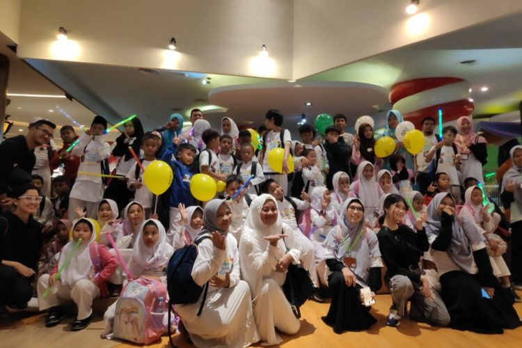 Anak anak dari Yayasan Inisiatif Zakat Indonesia berkunjung ke Grand Indonesia untuk bermain bersama staf Grand Indonesia dari program CSR Kakak Asuh Sehari.