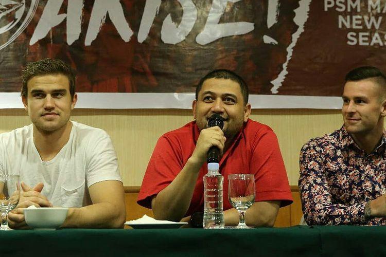 CEO PSM Makassar Munafri Arifuddin (tengah), saat perkenalan penggawa asing anyar PSM.
