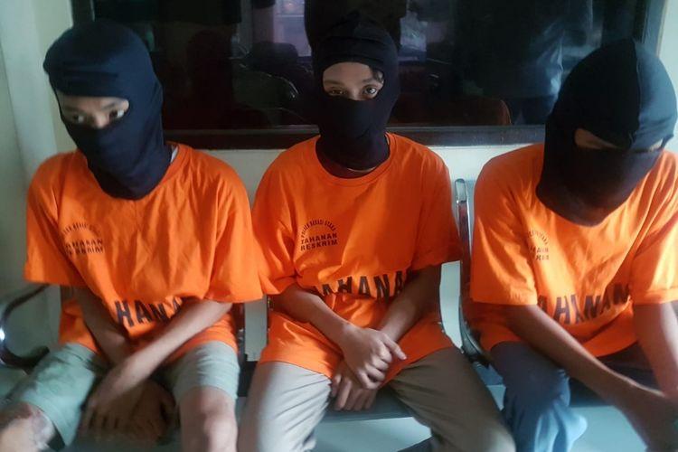 Tiga remaja di Kampung Kaliabang Nangka, Perwira, Bekasi Utara, Kota Bekasi diamankan polisi lantaran kedapatan membawa senjata tajam diduga untuk tawuran, Jumat (17/5/2019).