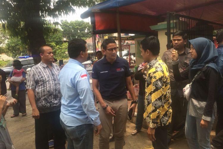 Calon wakil presiden nomor urut 02 Sandiaga Solahuddin Uno mendengarkan aspirasi dan masukan para generasi muda di Asrama Mahasiswa Riau, Jakarta Selatan, Sabtu (13/10/2018).