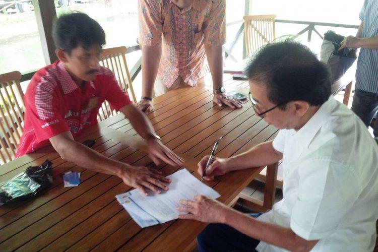 Direktur PT Sido Muncul Irwan Hidayat menandatangani nota kesepahaman dengan Tim Pemenangan Wonderful Indonesia Kemenpar tentang keikutsertaannya dalam UNWTO Award 2017 di Agrowisata Sido Muncul di Ungaran, Jawa Tengah, Selasa (5/9/2017) siang.