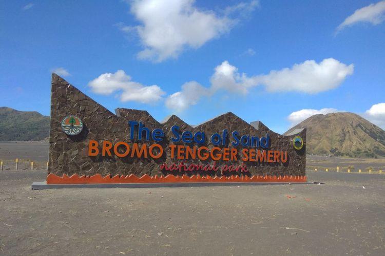 Sahabat Bromo dan Masyarakat Fotografi Indonesia atas tindakan Balai Besar Taman Nasional Bromo Tengger Semeru, yang telah membangun tugu besar di Laut Pasir dan Padang Savana Gunung Bromo, Jawa Timur.