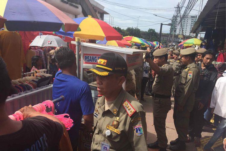 PKL Tanah Abang berdebat dengan petugas Satpol PP DKI Jakarta karena tidak mau ditertibkan. PKL minta Pemprov DKI menyediakan lapak khusus bagi mereka, Jumat (22/12/2017).