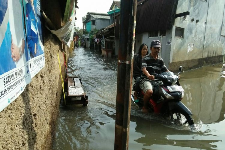 Tampak warga tengah mengendarai motor menembus banjir yang menggenangi salah satu wilayah di Kabupaten Bandung.
