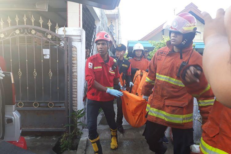 Jenazah korban kebakaran rumah di Surabaya, Johan Indrajaya, dievakuasi dari lokasi kebakaran, Selasa (20/11/2018)