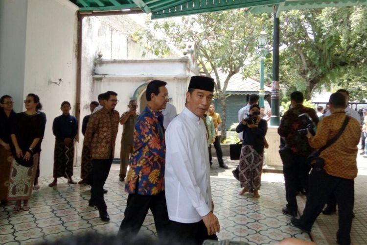 Presiden Joko Widodo saat meninggalkan Keraton Ngayogyakarta Hadiningrat ditemani Gubernur DIY sekaligus Raja Keraton Ngayogyakarta Hadiningrat Sri Sultan HB X