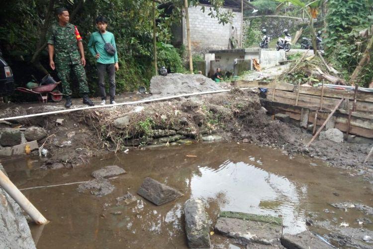 Batu-batu persegi panjang yang diduga kuat dari struktur candi berada di tengah kolam milik Tukiran Warga Dusun Duwet, Desa Wukirsari, Kecamatan Cangkringan, Kabupaten Sleman