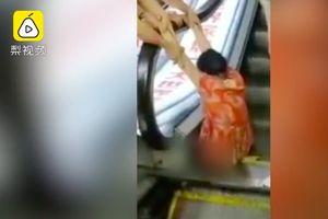 Kaki Kirinya Hancur Terjebak di Eskalator, Wanita Ini Malah Disalahkan