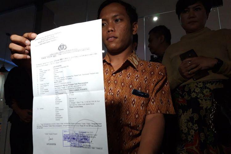 Pegawai La Lisa Hotel Surabaya, AR (28), yang menjadi korban pemukulan seorang pilot Lion Air melaporkan kasus penganiayaan tersebut di Mapolrestabes Surabaya, Jumat (3/5/2019).