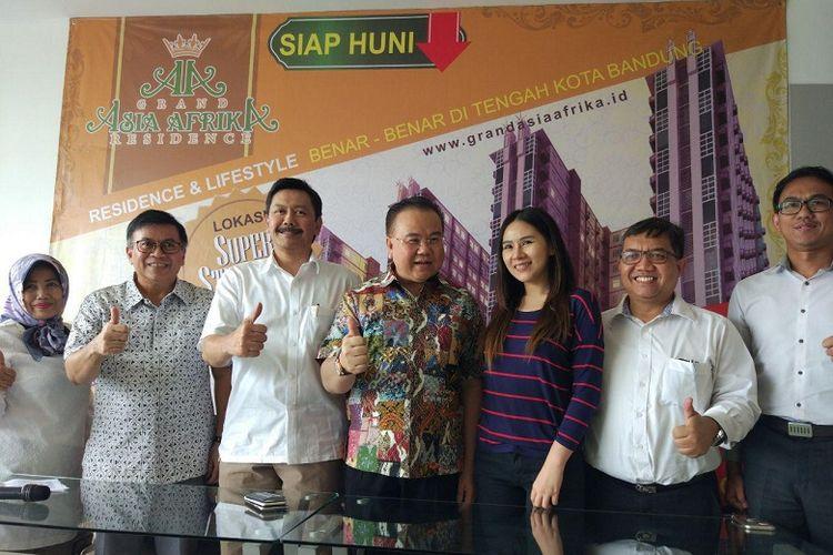 CEO Kagum Group Henry Husada (tengah) berfoto saat konferensi pers apartemen Grand Asia Afrika Residence, Bandung, Senin (8/1/2018).