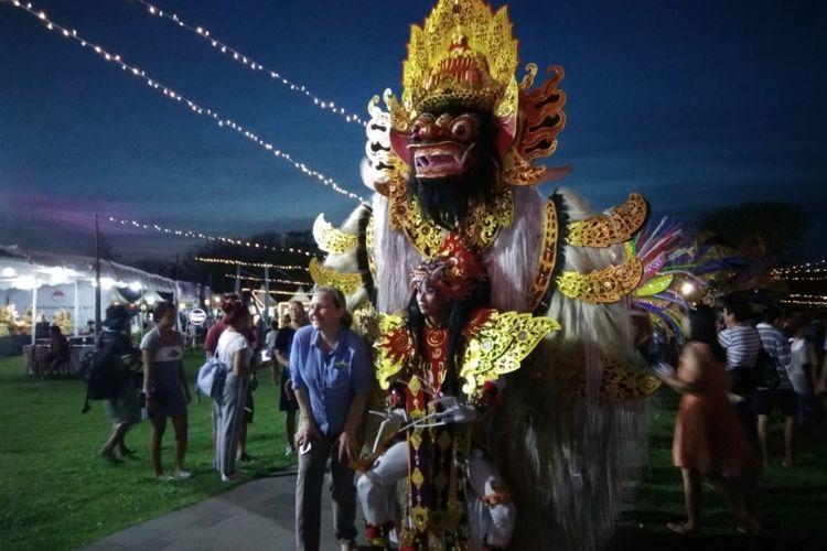 Wisatawan mancanegara berpose dengan pengisi acara di Nusa Dua Fiesta, Bali 2017.