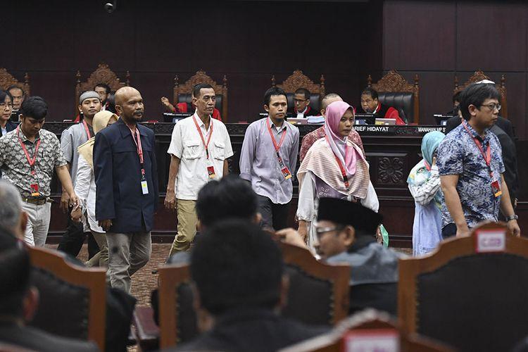 Sejumlah saksi dari pihak pemohon kembali ke ruangang saksi setelah diambil sumpahnya saat sidang Perselisihan Hasil Pemilihan Umum (PHPU) presiden dan wakil presiden di Gedung Mahkamah Konstitusi, Jakarta, Rabu (19/6/2019). Sidang tersebut beragendakan mendengarkan keterangan saksi dan ahli dari pihak pemohon.