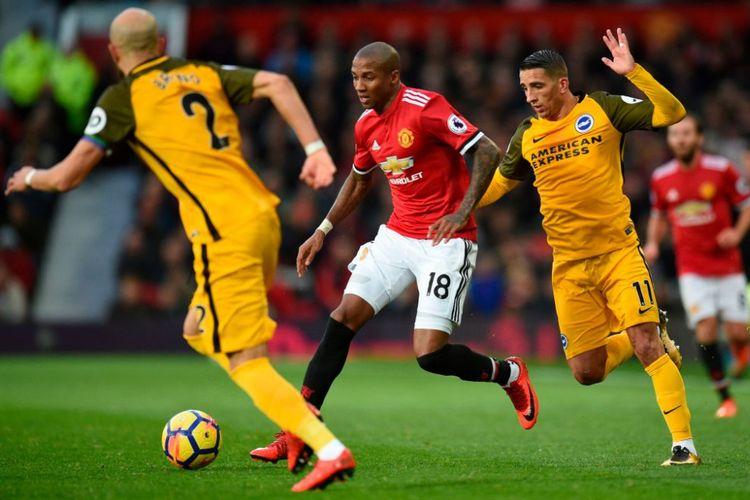 Ashley Young mencoba melewati penjagaan Anthony Knockaert saat Manchester United menjamu Brighton & Hove Albion di Old Trafford, Sabtu (25/11/2017).