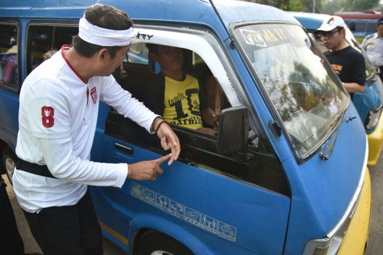 Para sopir angkutan umum yang terjaring operasi lalu lintas Kejar Setoran diberi biaya pengurusan surat kelengkapan mengemudi dan dokumen kendaraan, Jumat (25/8/2017)