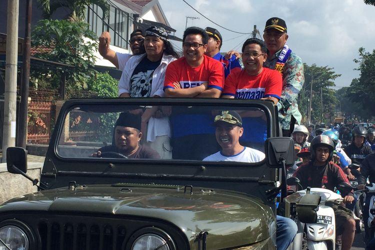 Diarak naik jip, Ketua DPP PKB  Muhaimin Iskandar diangkat menjadi warga kehormatan Arema Malang, di Malang, Minggu (26/11/2017).
