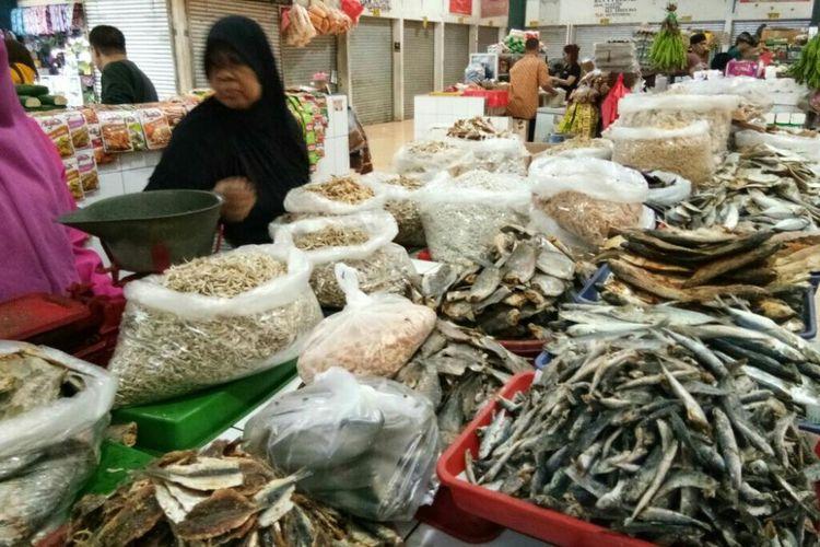 Ikan asin yang dijajakan pedagang di Pasar Sukatani Deppen, Kota Depok.