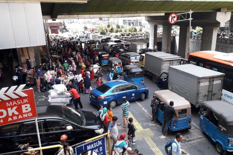 Lalu lintas di kawasan Tanah Abang mengalami kemacetan parah pada Sabtu (12/5/2018) siang sekira pukul 13.00 WIB.