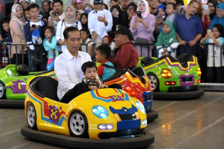 'Ngemong' Cucu, Jokowi Ajak Main 'Mini Train' hingga Pancing Kodok