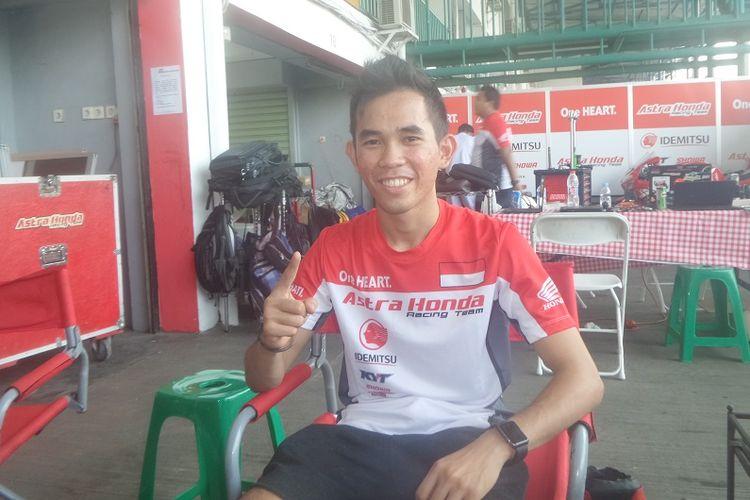 Pebalap Astra Honda Racing Team, Gerry Salim, berpose seusai menjalani latihan di Sirkuit Sentul, Kabupaten Bogor, Jumat (19/5/2017).