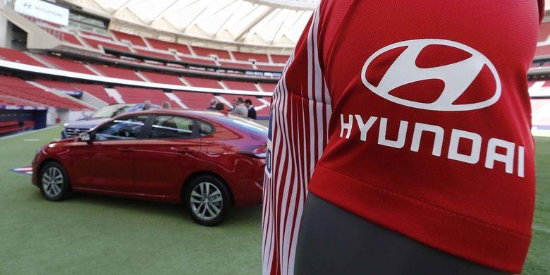 Jersey Atletico Madrid dengan logo Hyundai yang akan menjadi global automotive partner dari klub tersebut.
