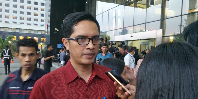 Juru bicara KPK Febri Diansyah saat memberikan keterangan di gedung KPK, Jakarta Selatan, Senin (20/11/2017).