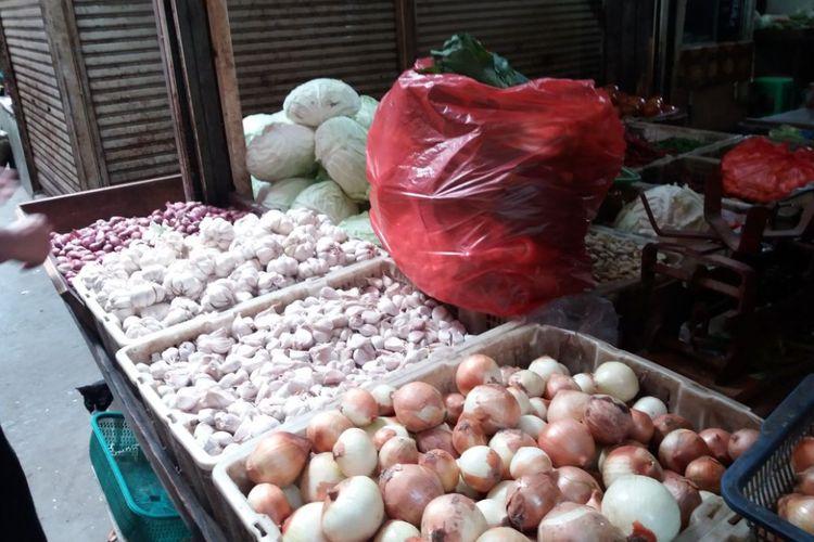 Bahan-bahan pokok di Pasar Induk Kramat Jati pada Selasa (26/12/2017).