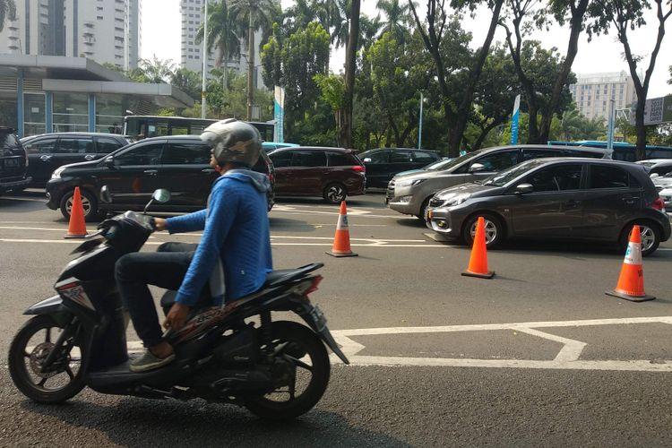 Lalu lintas di Jalan Jenderal Sudirman ke arah Bundaran Senayan tersendat akibat aksi unjuk rasa di depan Mapolda Metro Jaya, Rabu (10/10/2018).