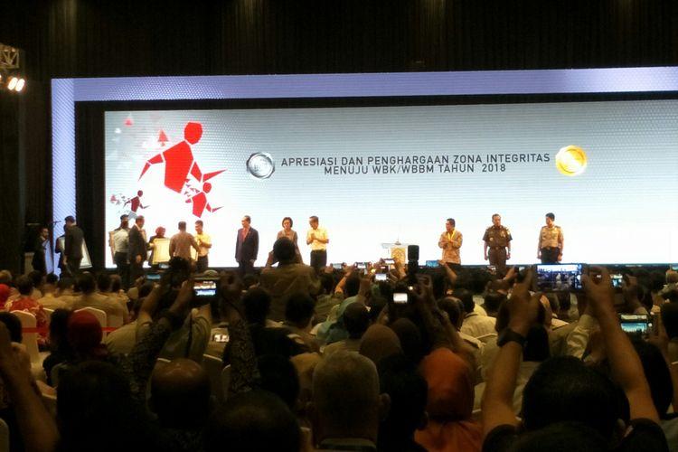 Wapres Jusuf Kalla memberikan penghargaan kepada kementerian dan lembaga dalam Zona Integritas