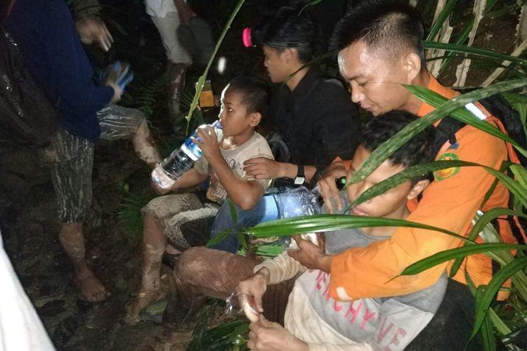 Petugas SAR Kolaka memberi minum kepada anggota Pramuka Kolaka yang tersesat di dalam hutan.