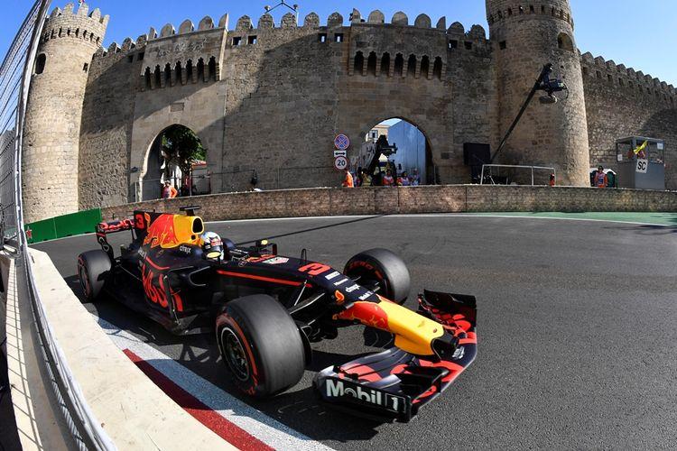 Pebalap Red Bull asal Australia, Daniel Ricciardo, memacu mobilnya pada balapan GP Azerbaijan di Sirkuit Baku City, Mingu (25/6/2017).
