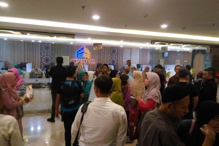Para calon jamaah umrah ramai-ramai mendatangi Kantor Pusat First Travel yang berada di Green Tower, Jalan TB Simatulang, Jakarta Selatan, Senin (24/7/2017) pagi. Kebanyakan dari mereka datang untuk menuntut pengembalian uang yang sudah mereka setorkan.