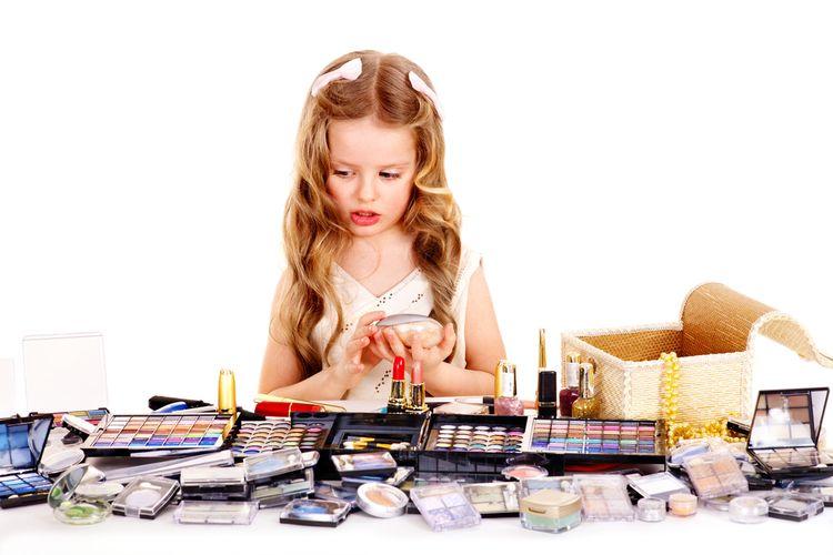 Ilustrasi anak-anak menggunakan kosmetik